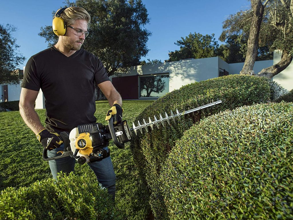 Horizontal cutting hedges with Mcculloch